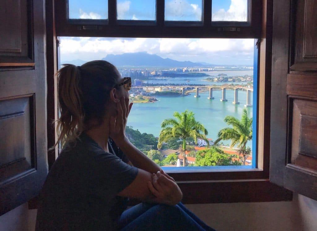 Carolina olha pela janela e vê a paisagem. Ela pode trabalhar de qualquer lugar do mundo