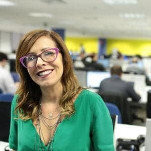 profissional mulher sorrindo óculos