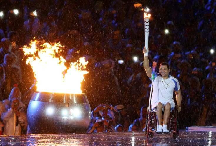 Nadador profissional: Clodoaldo Silva acende a Pira Olímpica na cerimônia de abertura dos Jogos Paralímpicos de 2016, no Rio de Janeiro